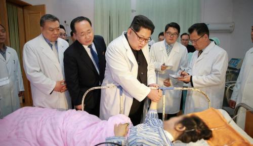 Foto Kim Jong-Un Sambangi Korban Kecelakaan Bus Fatal di Korut