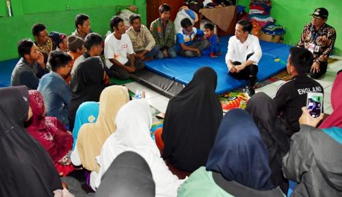 Foto Jokowi Akan Perbaiki Bangunan Rusak Akibat Gempa di Banjarnegara