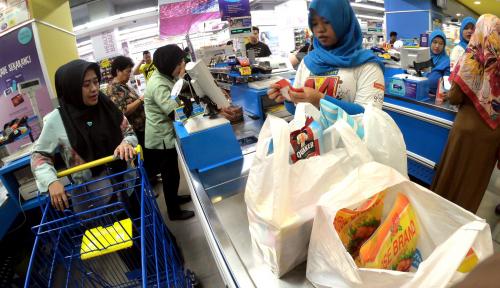 Foto Sejak Hari Ini, Kantong Plastik Dikenakan Biaya Rp200