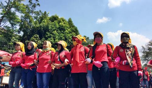 Foto Ribuan Buruh di Sukabumi Gelar Aksi Tuntut Perusahaan Penuhi Haknya