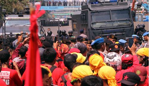 Duh! Buruh Demo Berjubel-jubel, Eh Pakai Masker Malah di Leher