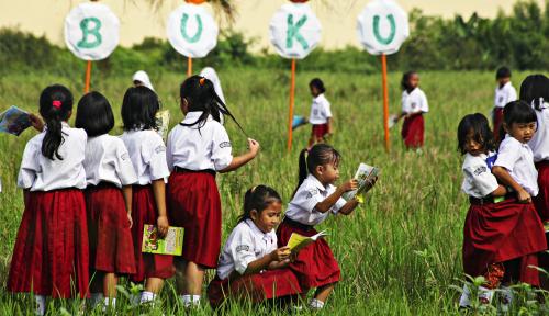 Foto Mempersiapkan Belanja Kebutuhan Sekolah Anak