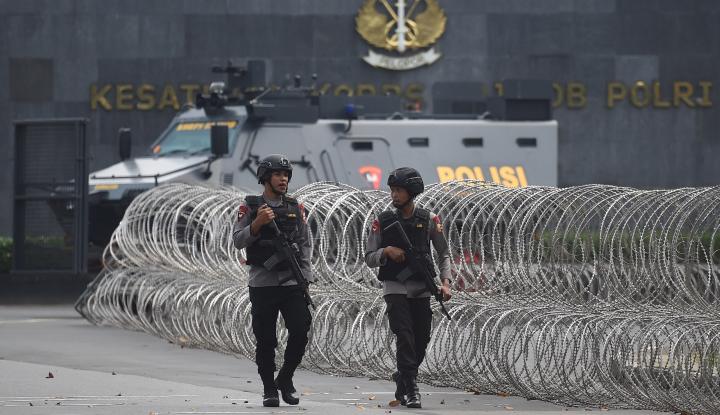 Foto Berita Foto Petugas Jaga di Mako Brimob, Dua Pria Digelandang Polisi