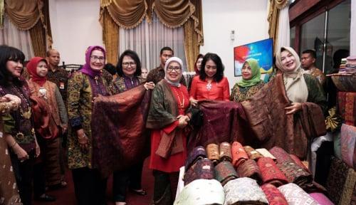 Foto Begini Curhat Pengrajin Kain Songket pada Mufidah JK