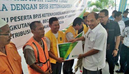 Foto 1.000 Pekerja Tebingtinggi Terima Bantuan Iuran BPJS Ketenagakerjaan
