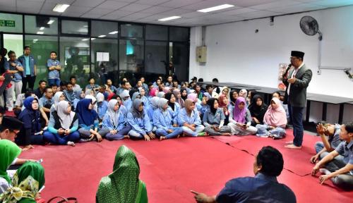 Foto Upah Sering Molor, Buruh Curhati Ridwan Kamil
