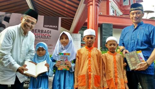 Foto Sinar Mas Wakafkan 1.200 Al-Quran untuk Anak Yatim