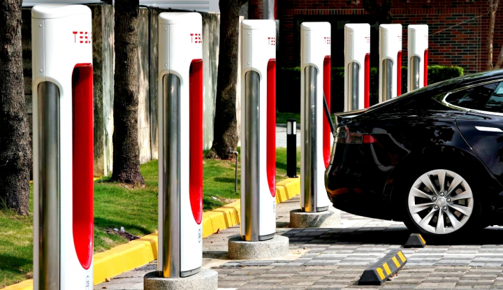 Foto Berita Tesla Cuts U.S. Prices on All Vehicles, Shares Drop