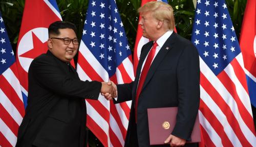 Foto Kim Jong Un Kirim 'Surat Cinta' ke Donald Trump, Isinya?