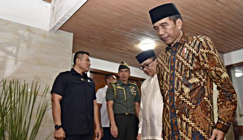Foto Jokowi Hadiri Pembagian Paket Sembako di Solo