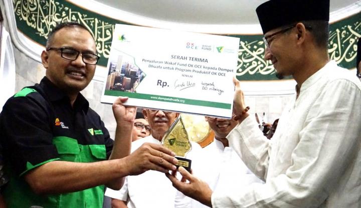 Foto Berita Wagub Sandi Bagikan Puluhan Qur'an Cordoba