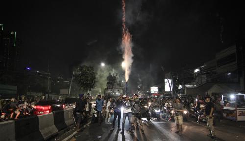 Foto Takbir Keliling, Masyarakat Karawang Tumpah ke Jalan
