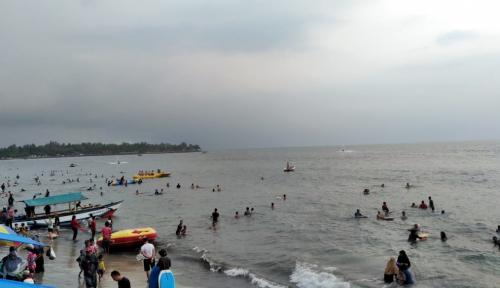 Foto Tengah Berlibur di Pantai, Dua Wisatawan Tewas