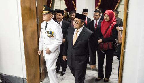 Foto Aher Pamer Prestasi ke Gubernur Baru Jawa Barat