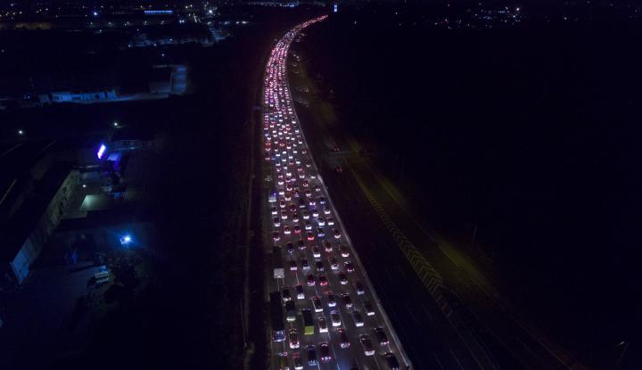 Foto Berita Jalan Tol Jakarta-Cikampek Relatif Lancar