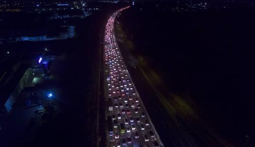 Foto Tol Jakarta-Cikampek Masih Padat