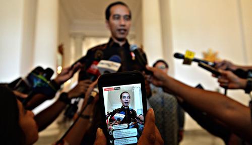 Foto Elektabilitas Jokowi Turun di Bawah 50%, Kalau Prabowo?