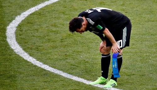 Foto Diganjar Kartu Merah, Messi Tak Terima