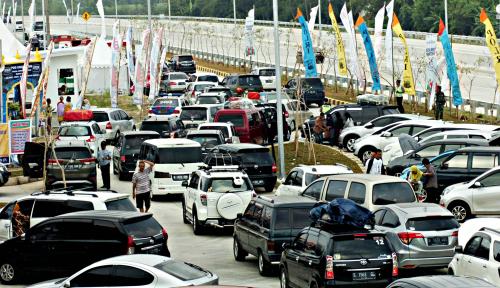 Foto Tabrakan Beruntun Sebabkan Kamacetan di Ruas Tol Jakarta-Cikampek
