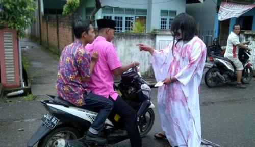 Foto Ngeri, Nyoblos di TPS Ini ada Pocong dan Kuntilanak