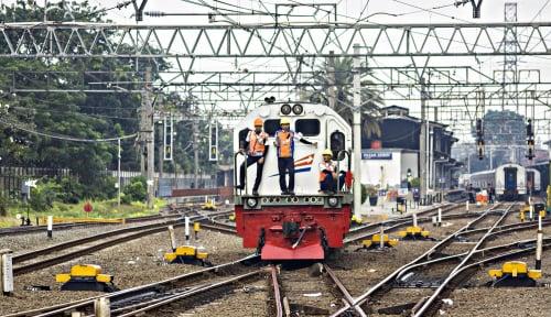 Foto Lima Perjalanan KA Jakarta-Bandung Tertahan Longsor