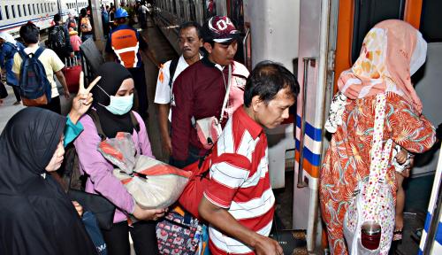 Foto Pemudik Arus Balik dari Stasiun Madiun 238.595 Orang