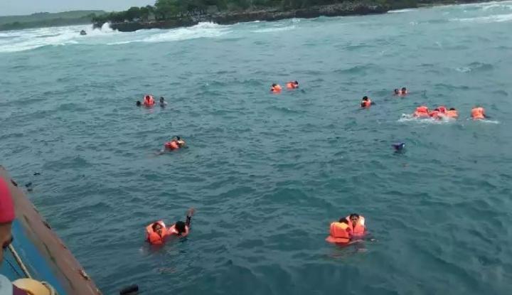 Foto Berita Kecelakaan Kapal Landa Wisatawan China di Thailand