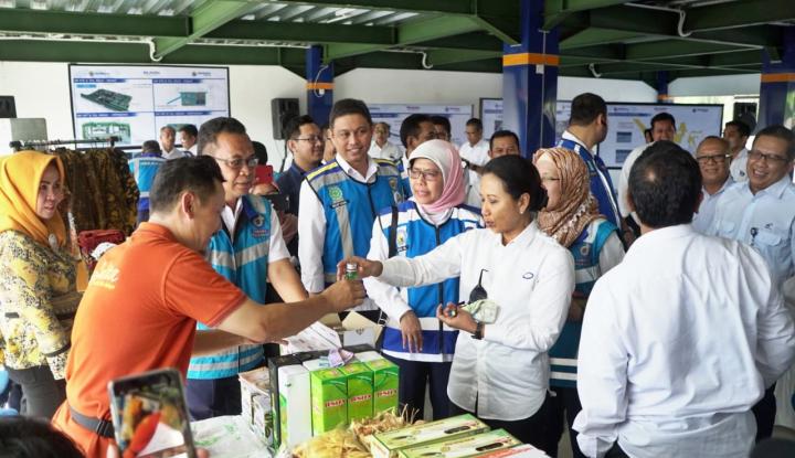 Foto Berita Kunjungi Tol Palikanci, Menteri Rini Inginkan BUMN Bina UMKM di Rest Area
