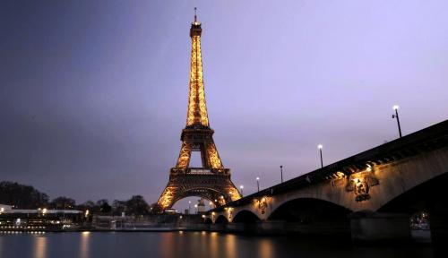 Foto Menara Eiffel Hingga Museum Louvre Ditutup Antisipasi Aksi 'Rompi Kuning' pada Sabtu Ini