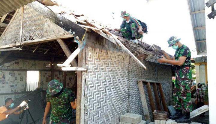 Foto Berita TNI AD Renovasi Rumah Juara Dunia Lari 100 Meter Asal Lombok