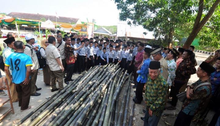 Foto Berita Pusri Latih Santri Budidaya Lele dan Kerajinan Bambu