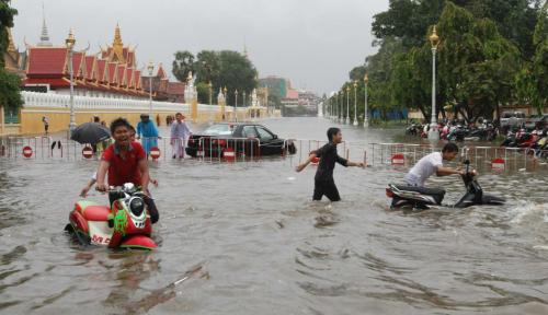 Foto Kamboja Diterjang Banjir Bandang, 1.000 Keluarga Terpaksa Dievakuasi