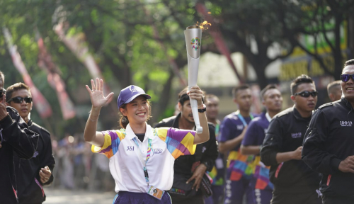 Foto Samsung, Abadikan Momen Dian Sastro Bawa Obor Asian Games
