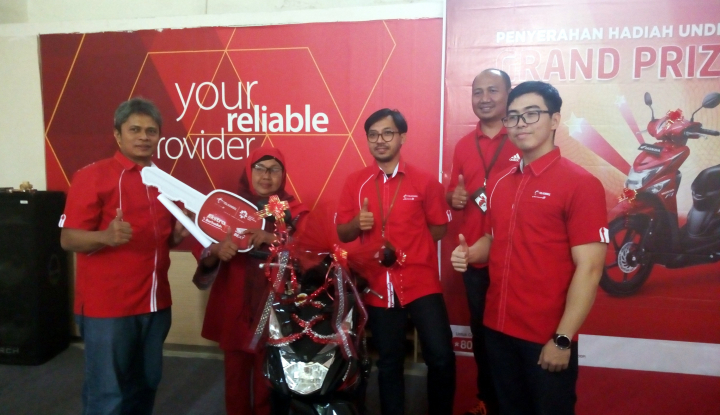 Foto Berita Gunakan TCASH, Pelanggan Telkomsel Bawa Pulang Sepeda Motor