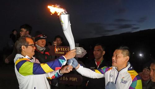 Foto Mantan Petinju Bawa Api Asian Games ke Kawah Ijen