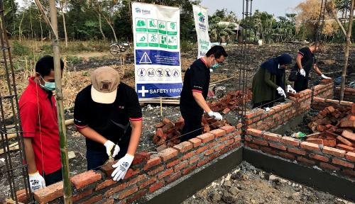 Foto DBS Terjunkan Karyawan Bangun Rumah Layak untuk Warga Gresik