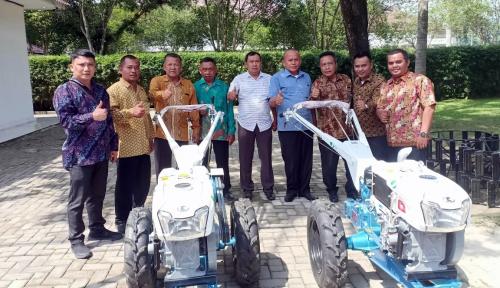 Foto BPJS Ketenagakerjaan Sumbagut Berikan Dua Hand Tractor untuk Petani Asahan