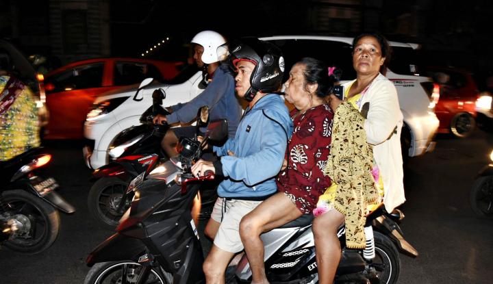 Foto Berita Isu Tsunami, Warga Berbondong-bondong ke Arah Bukit