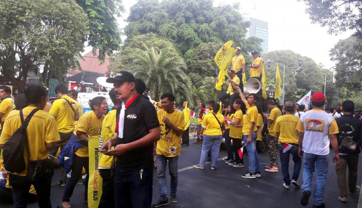 Foto Berita Relawan Jokowi Penuhi Markas KPU