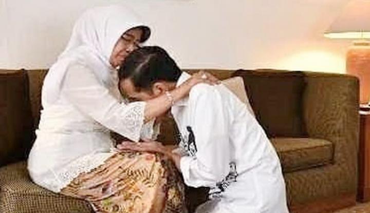 Foto Berita Sebelum ke KPU, Jokowi Cium Kaki Bundanya
