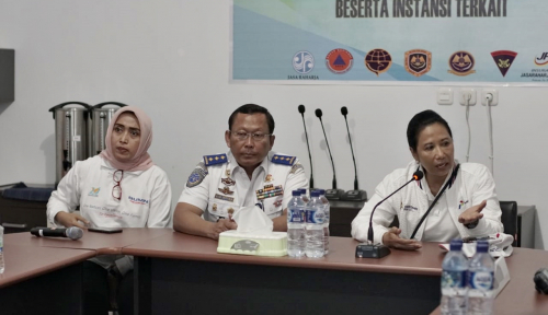 Foto Menteri Rini Tinjau Kondisi Korban KMP Bandeng
