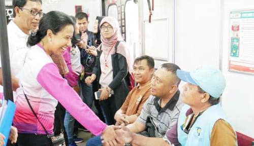 Foto Menteri Rini Meninjau Commuterline Jakarta-Bogor