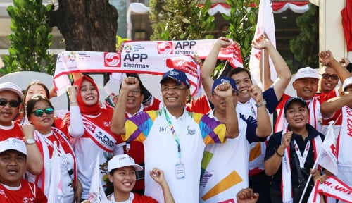 Foto Mantan Menperin, Saleh Husin Ikut Bawa Obor Asian Games 2018