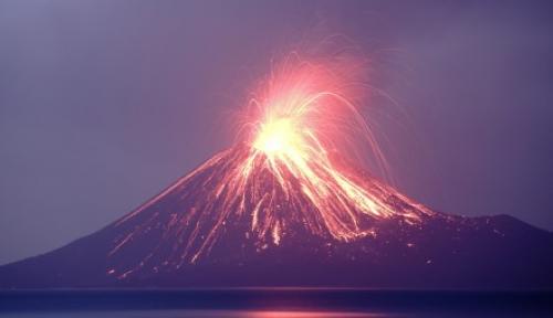 Foto Gunung Anak Krakatau Alami 63 Kegempaan Letusan