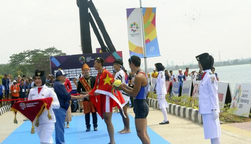 Foto Alex Noerdin Bagi-Bagi Duit untuk Atlet Asian Games Asal Sumsel