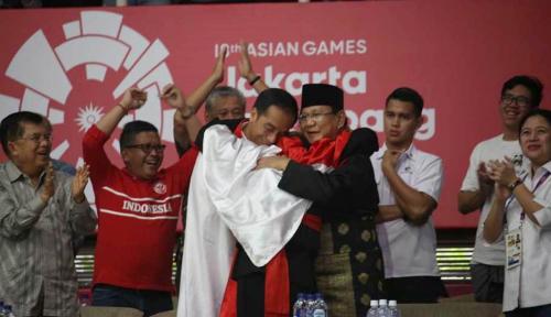 Foto Sang Pemeluk Jokowi dan Prabowo Jadi Pembawa Bendera Indonesia