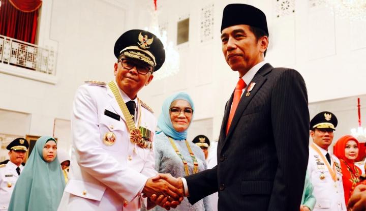 Foto Berita Unik! Gubernur Sulsel Lantik Kepala Daerah di Kampus