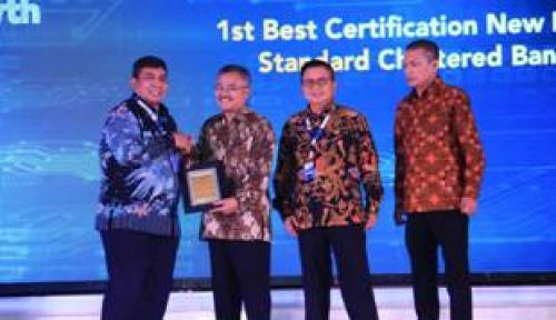 Foto Standard Chartered Raih 1st Best Certification New Bank