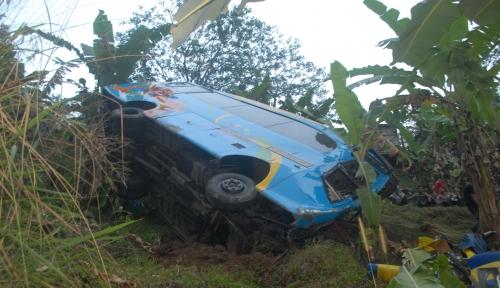 Foto Mobil Keluarga Pemudik Terjun ke Jurang
