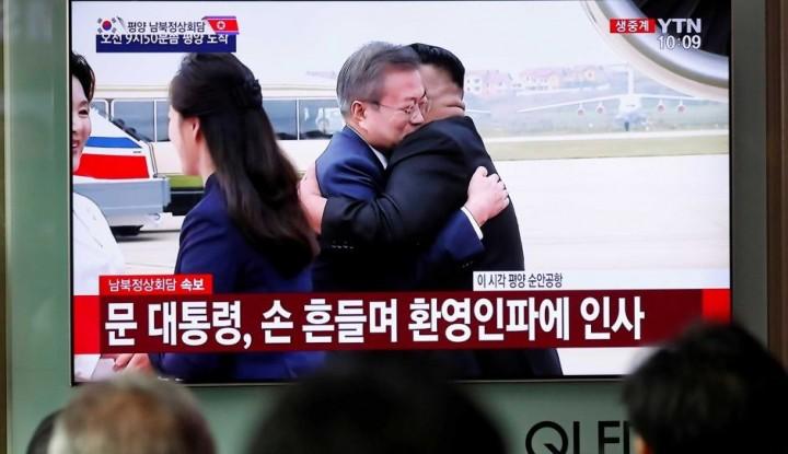 Foto Berita Tiba di Pyongyang, Kim Jong Un Berikan Pelukan Hangat ke Presiden Korsel